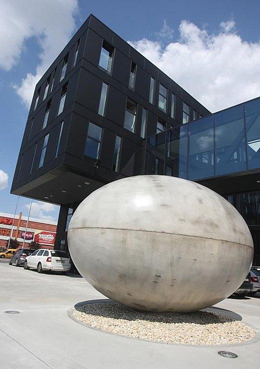 Dvacetitunová socha ve tvaru vejce před Novým divadlem.