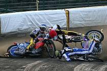 Jezdec PK Plzeň Filip Šitera (vlevo) se v závodě polské extraligy dostal do kolize s Tobiasem Buschem z Tarnowa a kolegou z Wroclawi Maciejem Janowskim. Z havárie sice vyvázl s poraněným obratlem, ale doufá v brzký návrat na ovály.