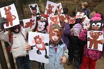 Medvědy do plzeňské zoo přišly ze zimního spánku vzbudit písničkou děti z 25. mateřské školy