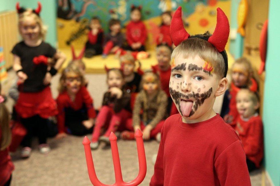 44. Mateřská školka se zahalila do pekelných barev