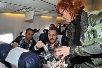 Marek Bakoš a Radim Řezník přispívají do charitativní kasy při letu do Madridu