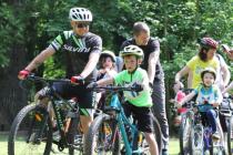 Cyklozávod rodičů s dětmi v Blovicích.