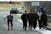 Na startui závodu na tři kilometry zleva: Markelová, Ranglová L., Bohmannová, Marková, Černá a Myslíková