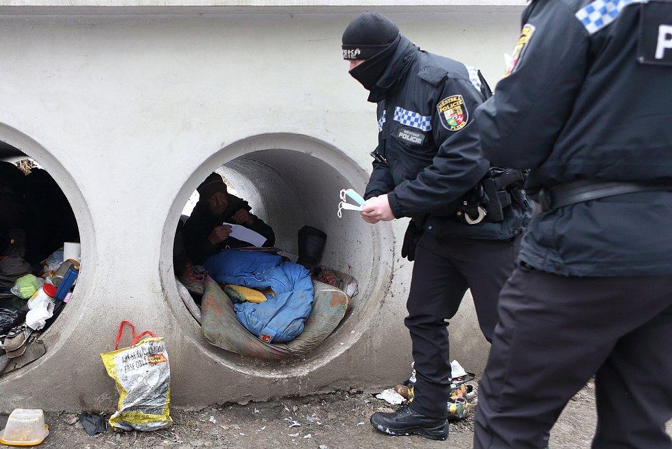 Jedním z míst v Plzni, kde žijí už řadu let bezdomovci, jsou roury v Českém údolí. Na svých pravidelných obchůzkách plzeňští strážníci u lidí bez domova kontrolují, zda nejsou v hledáčku Policie ČR. Chodí jim také doručovat dopisy např. od soudů.