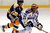 Plzeňský Michal Důras (v bílém) se snaží ve včerejším utkání hokejové extraligy uniknout litvínovskému Martinu Tůmovi.