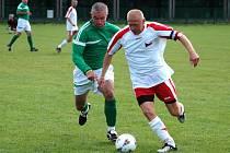 Kapitán českého týmu Jiří Chvojka (vpravo) uniká Bryanu Morrisonovi z irského týmu v utkání fotbalového mistrotvství nemocničních týmů Eurospital 2010 v Dublinu.