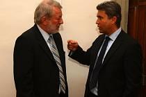 Předseda představenstva dopravních podniků Miroslav Levora (vlevo) v debatě s Romanem Jurečkem při včerejším jednání zastupitelstva.