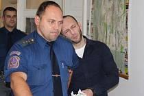 Bil a znásilňoval prostitutky. Tomáš Frťala stanul před plzeňským okresním soudem.