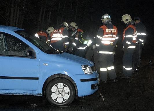 Hasiči odstarňují následky nehody, při níž zemřel plzeňský soudce Zdeněk Minařík, nedaleko konečné tramvaje č. 4 v Plzni-Bolevci.