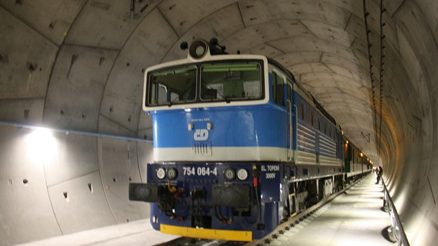 Jižní část Ejpovického železničního tunelu se otevře ve čtvrtek v podvečer.