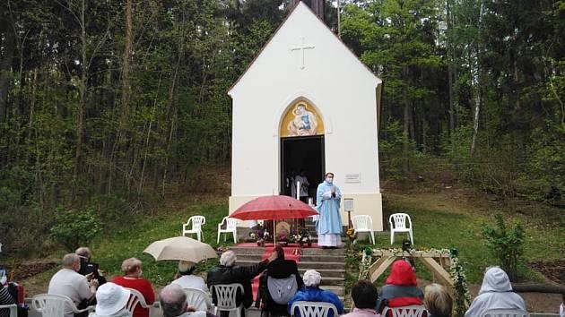 Posvěcení zvonu v Kyjovském lese.