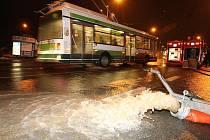 Vodovodní potrubí o průměru šedesáti centimetrů prasklo v pátek v podvečer na rohu Těšínské a Sousedské ulice v Plzni – Doubravce
