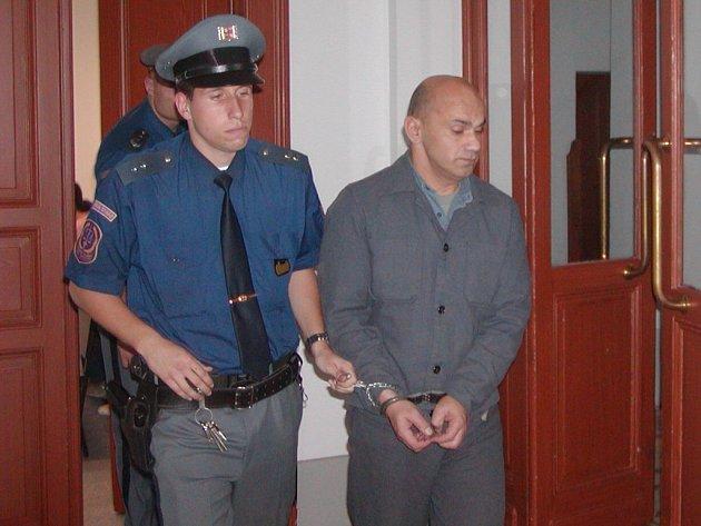 Karla Billého přivedla k soudu eskorta přímo z výkonu trestu. Tam už je tento třiačtyřicetiletý muž počtrnácté