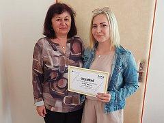 Kristýna Vostracká si minulý týden převzala ocenění Mladý hrdina. Na snímku je s ředitelkou zdravotnické školy Ivanou Křížovou.