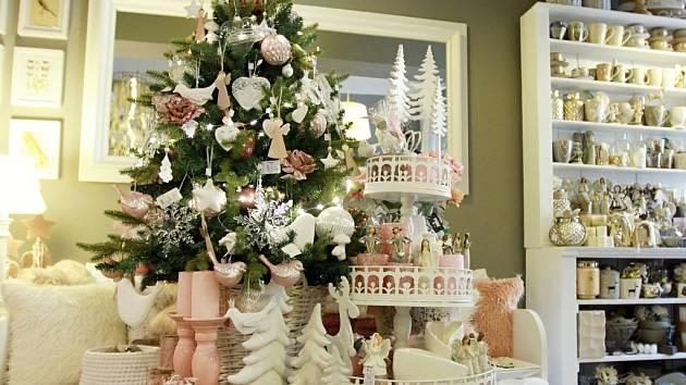 Růžová, bílá, zlatá, stříbrná.  Letošní Vánoce nejsou o křiklavých ozdobách ani výrazných barvách.  Inspiraci můžete najít v krámku v Sedláčkově ulici.