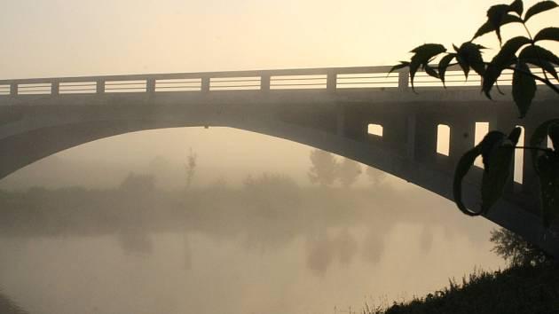 Dolanský most za mlžného rána. I kvůli takovým pohledům mají vodáci Berounku tolik rádi