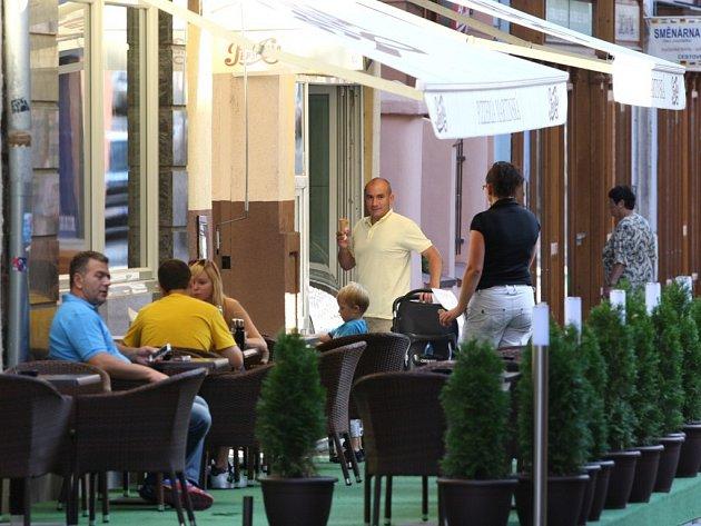 V Martinské ulici je největší koncentrace venkovních posezení. Této možnosti mohou využít i hosté v pizzerii.