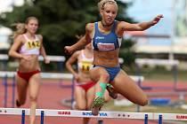 Atletka plzeňské Škodovky Jana Reissová (na snímku ze 4. kola první atletické ligy družstev v Praze) si při Velké ceně Chebu zazávodila se Zuzanou Hejnovou. Trať 300 m přek. proběhla za 41,99 s a vylepšila český dorostenecký rekord