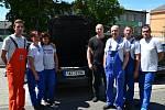Zaměstnanci firmy u zavazadlového prostoru Porsche, na jehož vybavení se podíleli