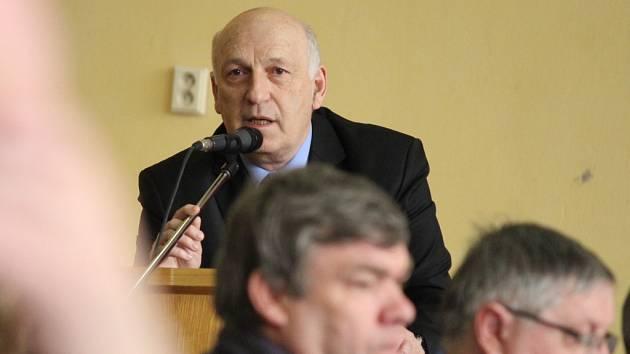 Hejtman Václav Šlajs na včerejším setkání se starosty. Velkým problémem Plzeňského kraje je podle něj zejména vylidňování venkova. Lidé se do měst stěhují za školou či prací, jenže už se nevracejí.