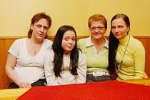 V uzdravení Davida Bakaly věří přítelkyně Jana, dcera Adélka, matka Jiřina a sestra Jiřina (zleva)