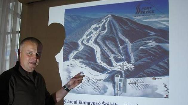 Vladimír Kasík ukazuje, kde na špičáckých sjezdovkách ještě chybí umělé zasněžování.