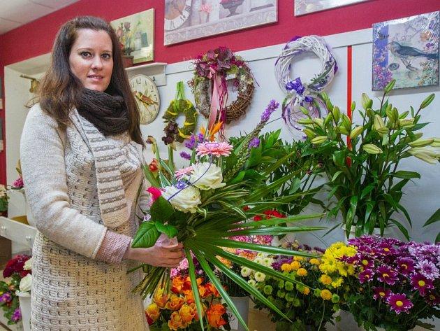 """""""Nejčastější kytičkou zůstává tradičně růže, lidé často kupují také gerbery nebo karafiáty,"""" uvedla majitelka obchodu Iveta Klímová"""