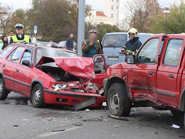 Nehoda zablokovala v pondělí po půl třetí odpoledne provoz v Tylově uliciv Plzni