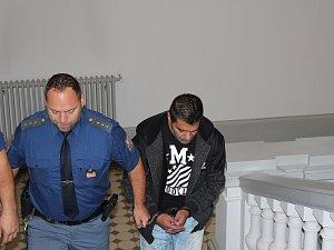 Milan Gábor nutil patnáctiletou neteř své bývalé přítelkyně šlapat a podával jí drogy. Byl odsouzen k 11 letům odnětí svobody.