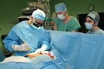 Plánovaných operací srdce ve Fakultní nemocnici v Plzni ubývá. Z tohoto důvodu klesá i počet klientů jediných lázní v kraji, kterým pobyt, stravu i léčbu platí pojišťovny.