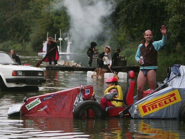 Martin Řáha doplul společně se svou šestiletou dcerou Denisou k vítězství při osmém ročníku plavby netradičních plavidel v Plzni. Dojeli si pro ně na formuli 1, jejíž výroba trvala Řáhovi deset hodin.