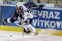 Útočník Lasselsbergeru Plzeň Michal Dvořák (v bílém) bojuje s jedním z obránců Vítkovic ve včerejším utkání extraligy. Západočeši na Moravě prohráli 1:4.