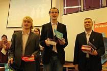 Vítězný tým z Masarykova gymnázia v Plzni ve složení (zleva) Pavel Bělík, Martin Čmolík a Oldřich Brabec