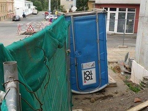Převržená mobilní toaleta v Presslově ulici