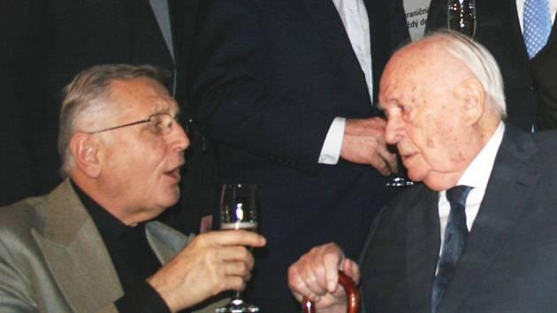 Archivní snímek Evy Hubatové zachycuje legendární režiséry Jiřího Menzela s Otakarem Vávrou.