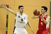 Poslední kolo základní části Lokomotivě nevyšlo. Nyní už se ale plzeňští basketbalisté připravují na nadstavbovou část soutěže. Na snímku se Jan Suchý snaží bránit soupeři.