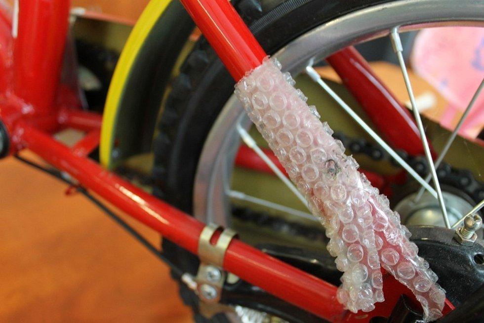 Na kole se objevují ostré hrany, o které se mohou děti pořezat