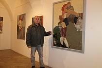 Miloslav Čech u jednoho z děl vystavených v Galerii Jiřího Trnky na plzeňském náměstí Republiky. Obraz byl vytvořen technikou, jíž se říká enkaustika.