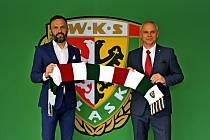 Vítězslav Lavička (vpravo) s prezidentem Slasku Vratislav Piotrem Waśniewským po prodloužení kontraktu do června 2022.