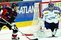 Z MORAVY BEZ BODU. Plzeňský gólman Roman Málek zasahuje ve včerejším duelu hokejové extraligy před znojemským Tomášem Demelem. Lasselsberger na jihu Moravy prohrál 2:3 a utrpěl třetí porážku v nové sezoně.