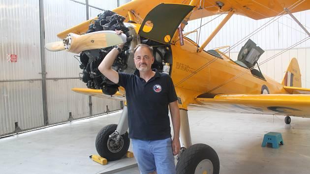 Předseda spolku Classic Trainers u svého Boeingu Stearman v Hangáru 3 na letišti v Líních.