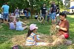 V zámeckém parku v Křimicích si mohli děti i dospělí vyzkoušet výrobu slaměných tvarů.