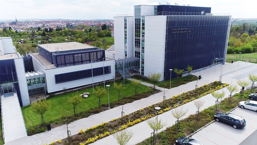 Nová budova Lékařské fakulty v Plzni v aleji Svobody.