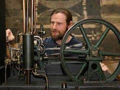 Příprava výstavy Člověk a stroj v Západočeském muzeu