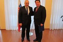 Velvyslanec SR Petr Brňo (vlevo) s oceněným Plzeňanem Michalem Sochorem