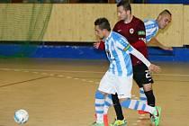 Futsalisté Interobalu Plzeň sehráli s ostřílenějším soupeřem vyrovnanou bitvu, zradila je však koncovka. Na archivním snímku z utkání se Spartou bojuje vlevo útočník Zdeněk Kasýk, vpravo vykukuje obránce Adam Forman.