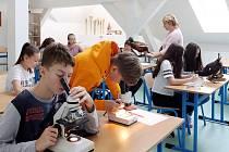 Nové učebnypřírodopisu, hudební výchovy včetně vlastního nahrávacího studia a digitálních technologií využívají nově žáci 17. ZŠ v Plzni na Roudné