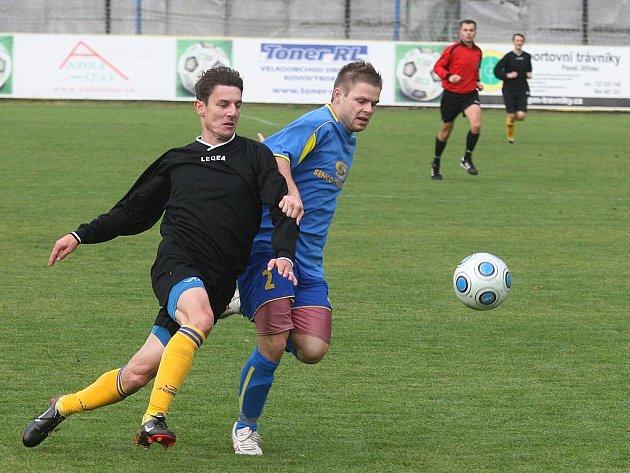 Fotbalisté Doubravky (v modrém) porazili v 11. kole divize tým Benešova 2:0.