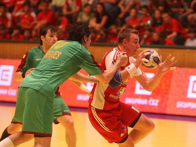 Český reprezentant Filip Jícha (vpravo) se v utkání kvalifikace o postup na házenkářské mistrovství Evropy probíjí obranou Portugalců.