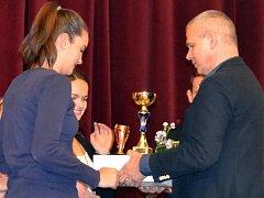 Cenu za výhru mezi kolektivy přebírají od Vítězslava Lavičky basketbalistky Simona Sklenářová a Klára Buňková (zleva)